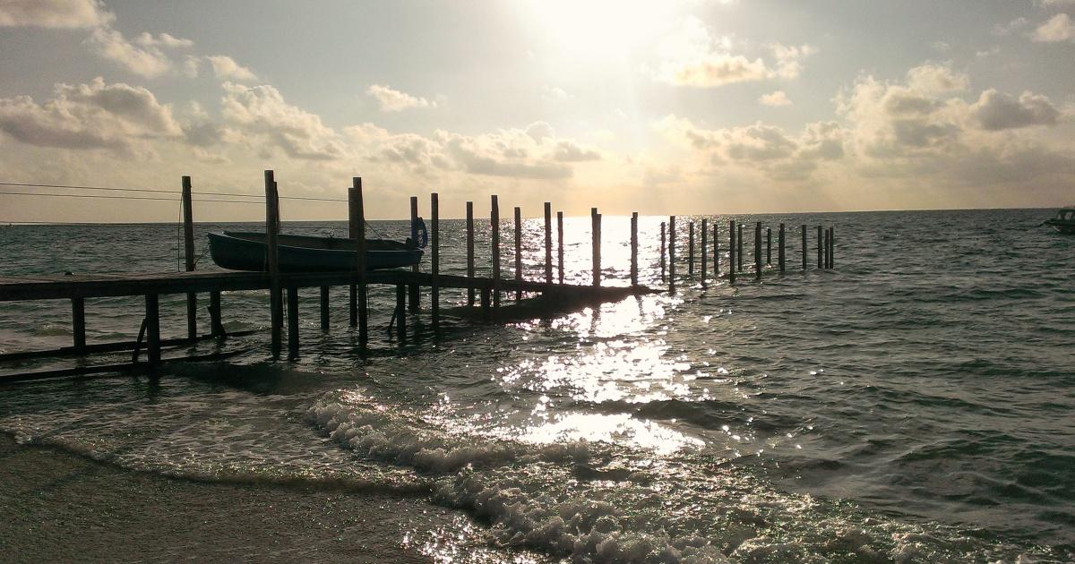 沖縄の日の出が見えるビーチ