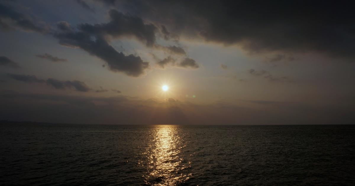 沖縄の日の入りが見えるビーチ